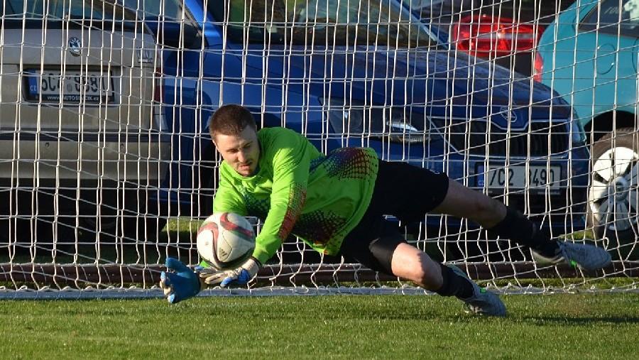 Lukáš Hejníček čekal při penaltě na správný okamžik.