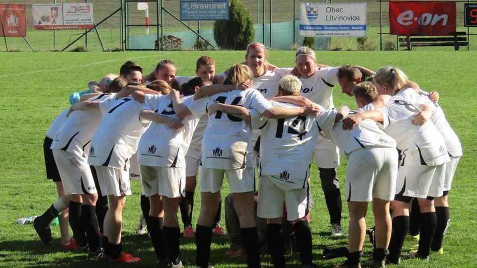 Fotbalistky Mokrého (v bílém) vedou divizi s náskokem pěti bodů. Plzeň vyprovodily dvouciferným výsledkem.