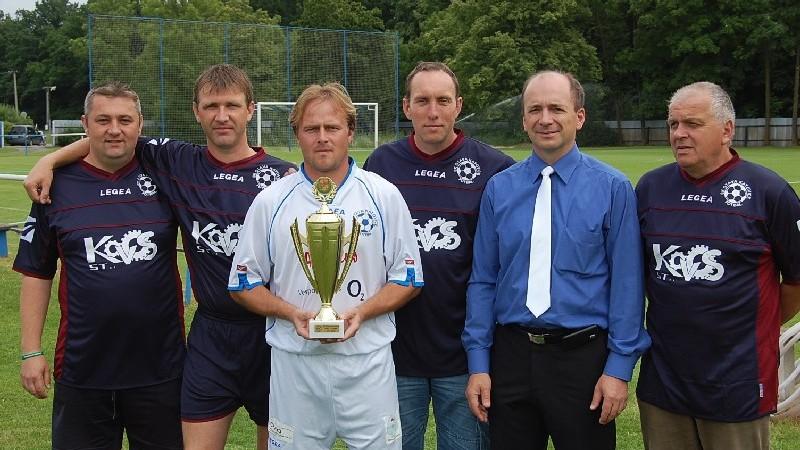 Jak ten čas letí. Katovice před devíti lety při oslavě postupu. Trenér Blažek stojí uprostřed vedle současného předsedy Tomáše Hajduška.