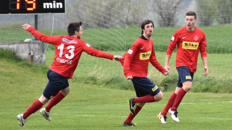 Střídající Pavel Pávec (uprostřed) vsítil deset minut před koncem vedoucí gól Čimelic. Foto: Jan Škrle