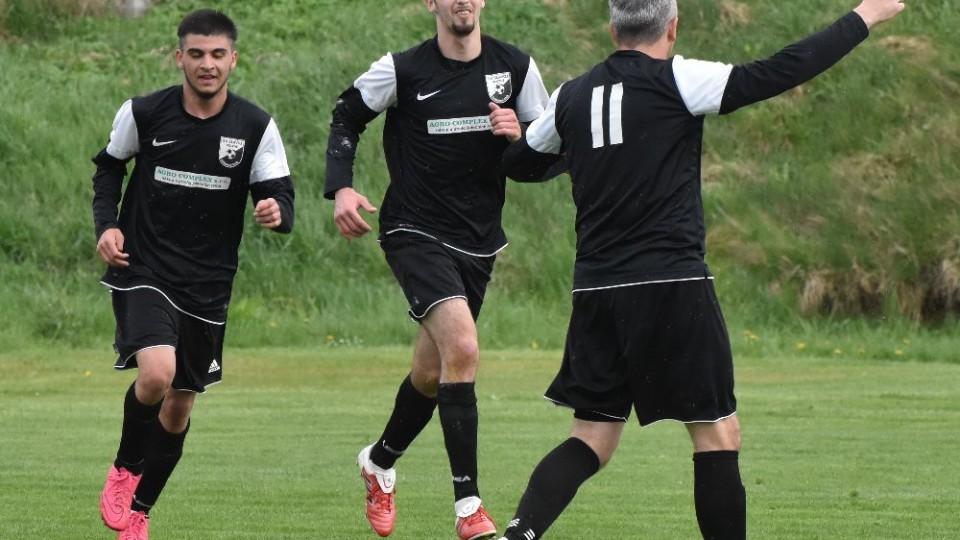 Filip Gašpar (uprostřed) se raduje z vítězného gólu Volyně v Sousedovicích. Foto: Jan Škrle