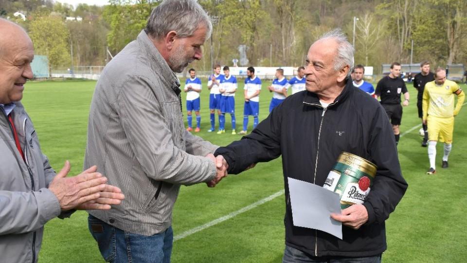 Františku Ciprovi gratuluje starosta Hluboké a senátor Tomáš Jirsa.