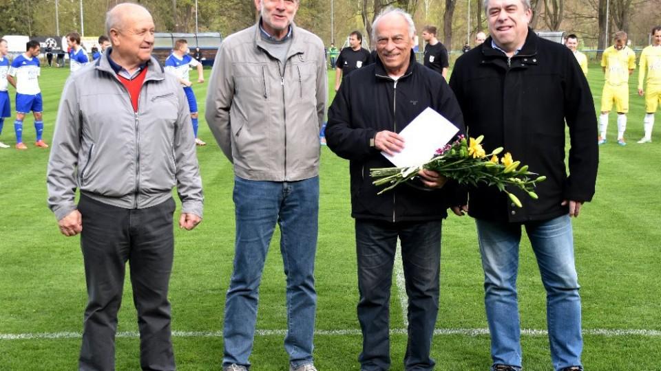 František Cipro s gratulanty Karlem Váchou st., Tomášem Jirsou a Josefem Brašničkou.