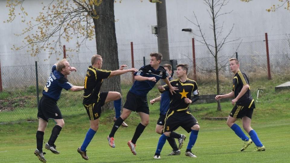 Kde je míč? Zleva jsou Kromka, Malík, D. Štecher a Rauscher.