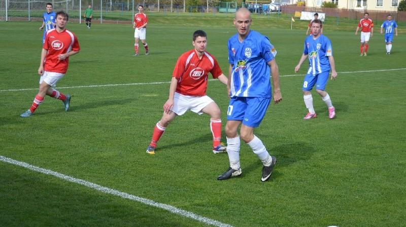 Domácí Martin Zítek dostává přihrávku po čáře, sleduje ho hostující Martin Novotný.