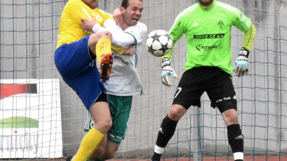 Před gólmanem Olympie Luďkem Frydrychem svedli souboj Petr Řehák s Michalem Demeterem.