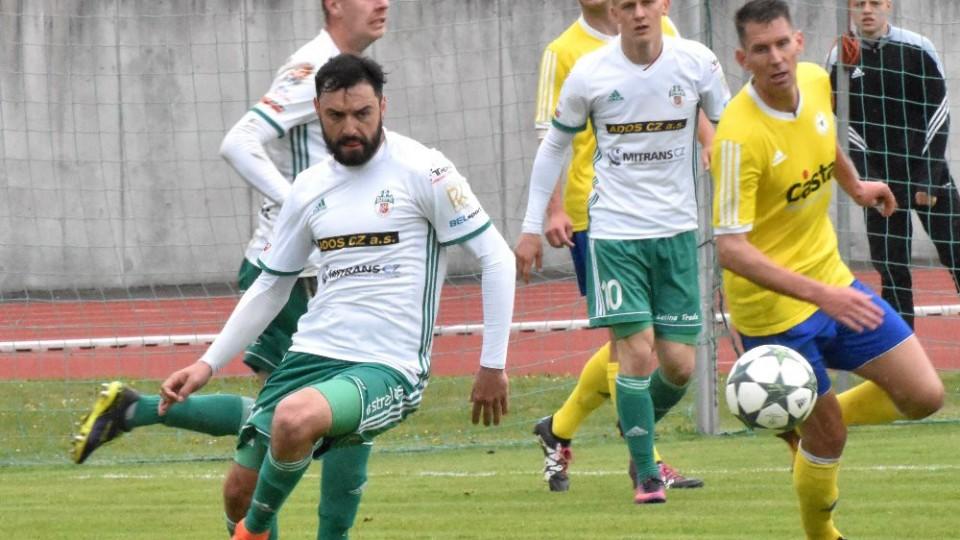 Davida Čada, autor vítězného gólu, zahrává míč před Alešem Kočím.