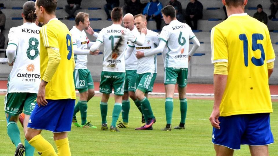Východočeši oslavují první gól, který vsítil po rohu Ondřej Kraják.