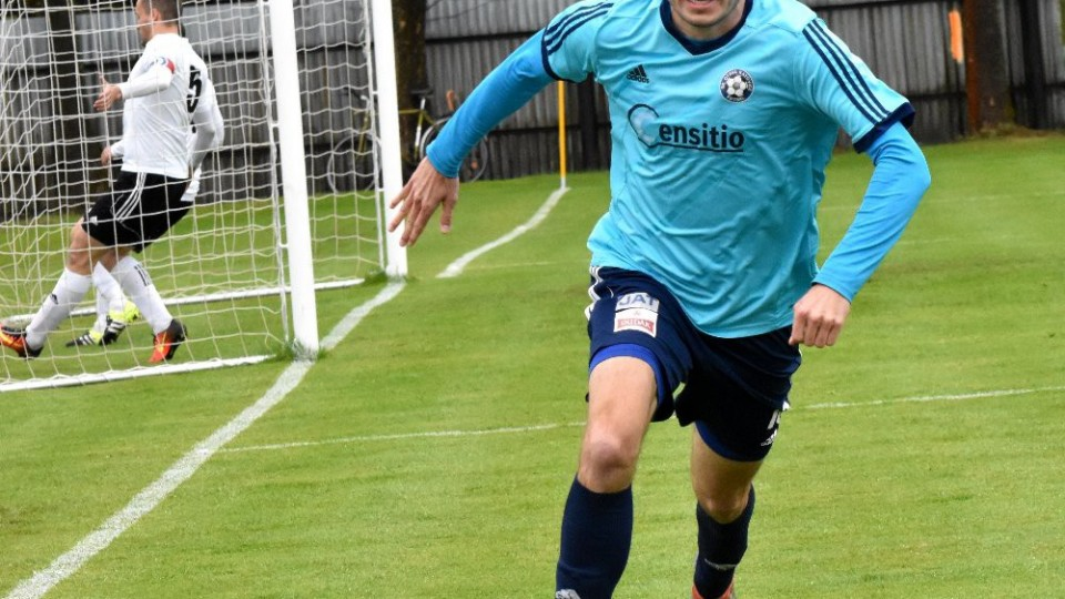 Vladimír Uher se běží radovat z vedoucího gólu.