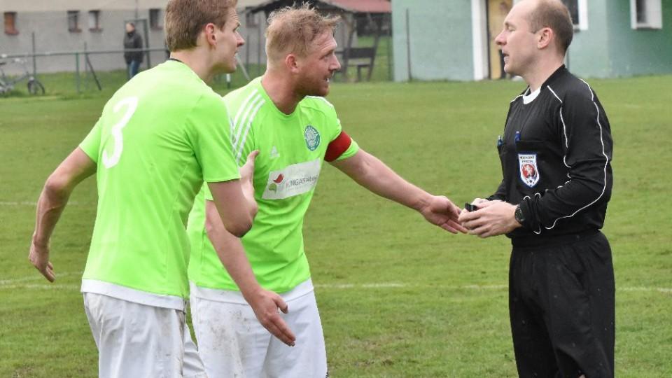 Rozhodčí Štefan nezanechal v Čížové dobrý dojem. K jeho verdiktu se vyjadřují Petr Janda s kapitánem Michalem Heldem.