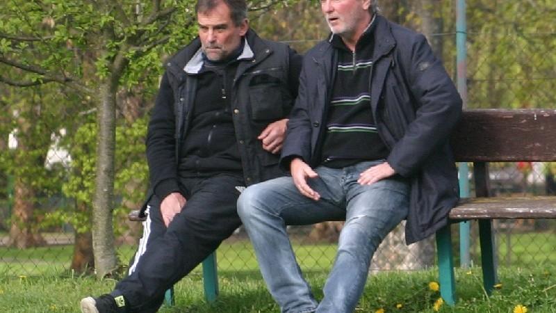 Bývalí hráči Dynama ČB Roman Havlíček (vlevo) a Zdeněk Kořínek se přišli podívat na své syny.