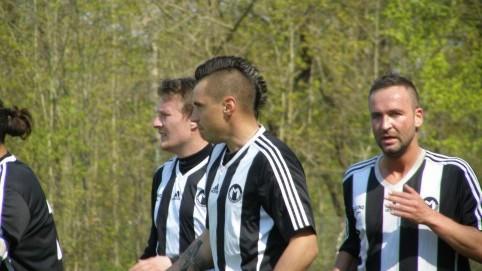 Radek Hanousek (uprostřed před Trnkou a Boubalem) zopakoval normu dva góly na zápas.