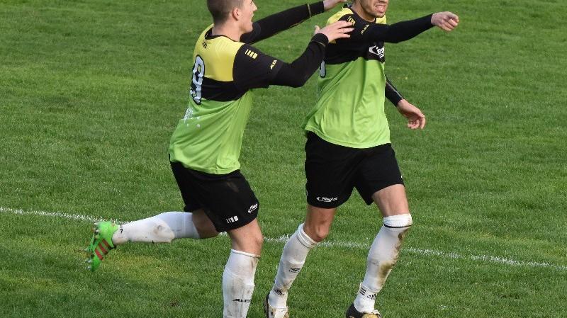 Libor Blažečka (vpravo) se raduje s Janem Hochem z vítězného gólu Oseka s Třeboní na konci zápasu.