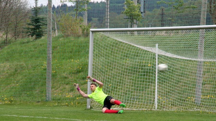 Brankář Brna David Záleský je překonaný, Daniel Jenne vyrovnal z penalty na 1:1. Foto: Ladislav Lhota