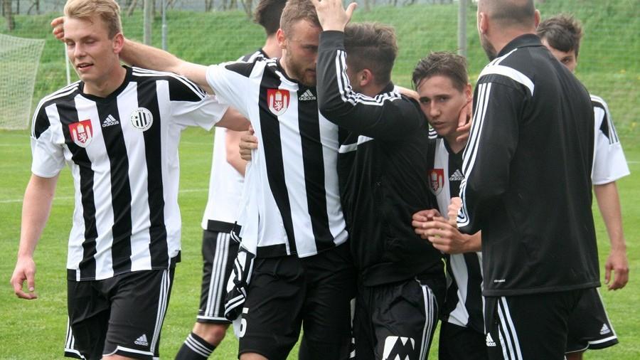 David Tomášek přijímá u střídačky gratulace za třetí gól. Foto: Ladislav Lhota