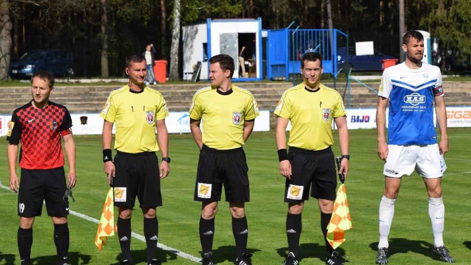 Kapitáni Martin Hisrch a domácí Jakub Navrátil při nástupu s rozhodčími.