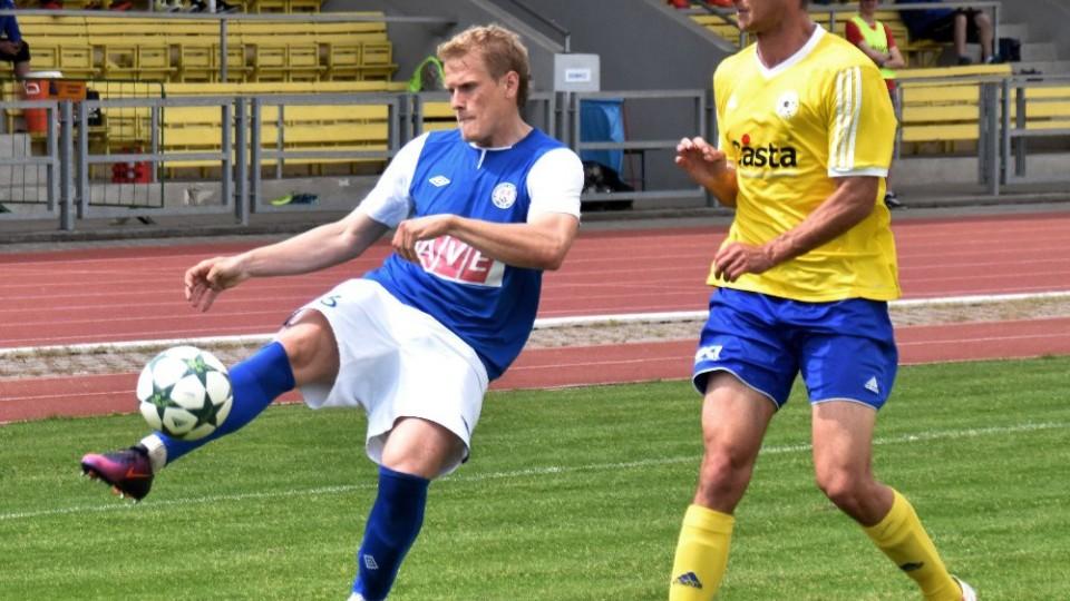 Břetislav Tvrzník zahrává míč před domácím Martinem Voráčkem.