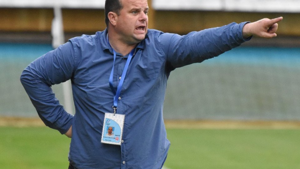 Táborský trenér Roman Nádvorník udílí pokyny během zápasu.