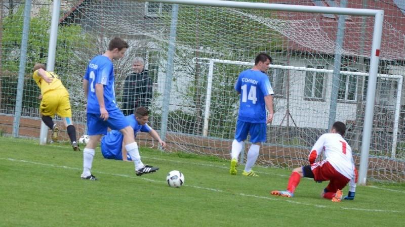 Jan Kromka (vlevo) srovnává za přihlížení domácí obrany na 1:1.