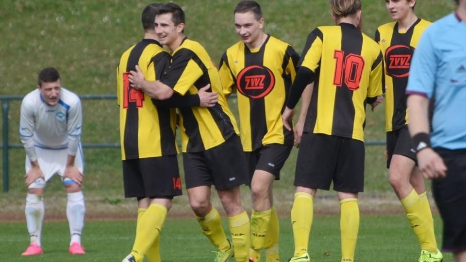 Petr Dvořák se raduje z gólu v jarní divizi proti Aritmě Praha.