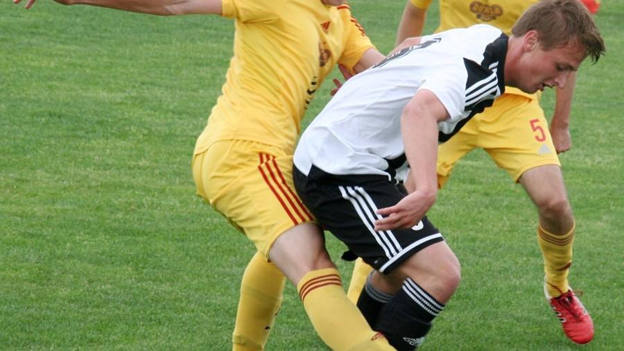 Martin Fišer (u míče) naskočil do hry ve druhé půli. Foto: Ladislav Lhota