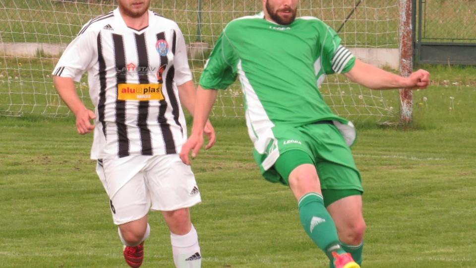 Karel Krauskopf byl u míče dříve než bránící Tomáš Kebl. Foto: Libor Granec