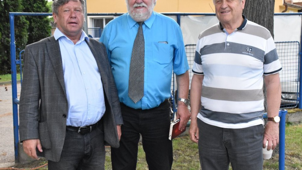 Hlavní představitelé obou klubů Skalický a Vácha st. s delegátem Vrzalem.