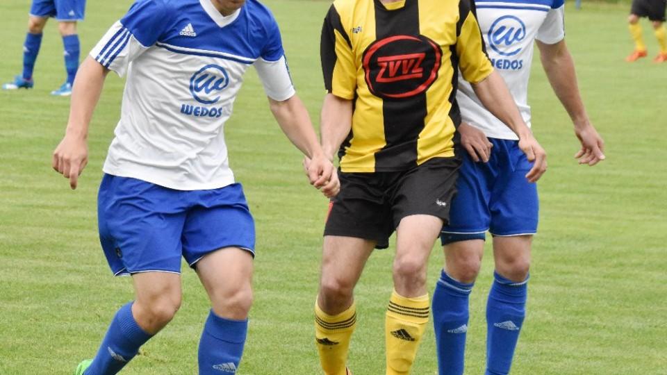 Střelec milevského gólu Petr Dvořák v obklíčení domácích obránců Tomáše Antoše a Karla Jonáše.