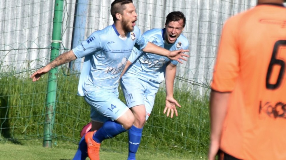 Jan Moravec se raduje se Zbyňkem Vorlem z důležitého druhého gólu Protivína.
