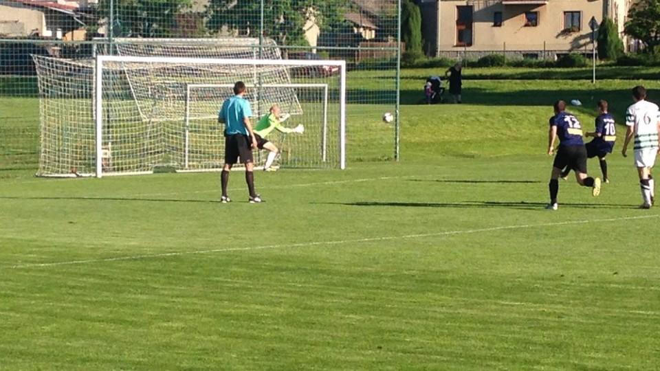 Daniel Štecher proměnuje penaltu.