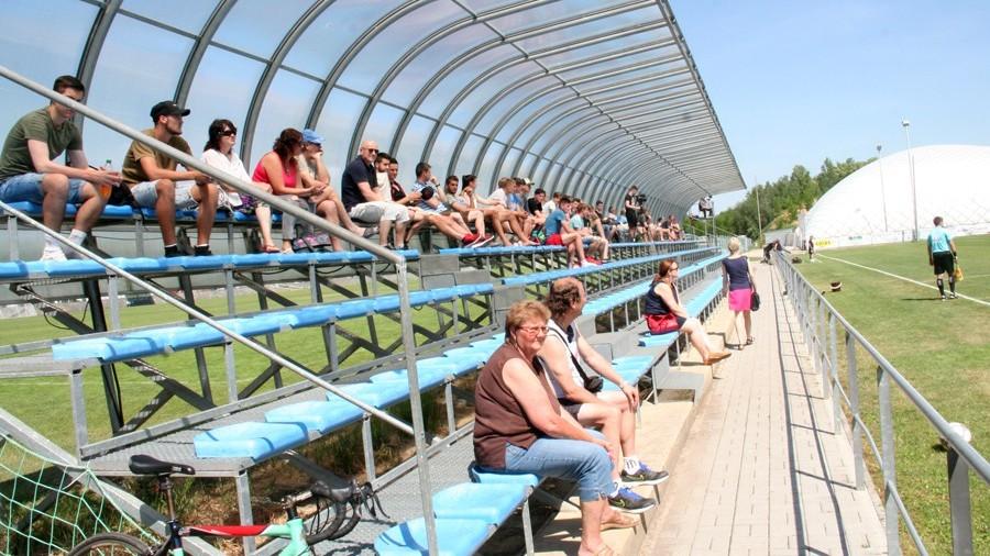 Dopolední vedro neodradilo stovku přihlížejících diváků.