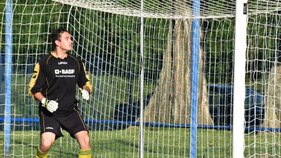 Brankář Bělčic Aleš se jen ohlédl, míč však letěl vedle.