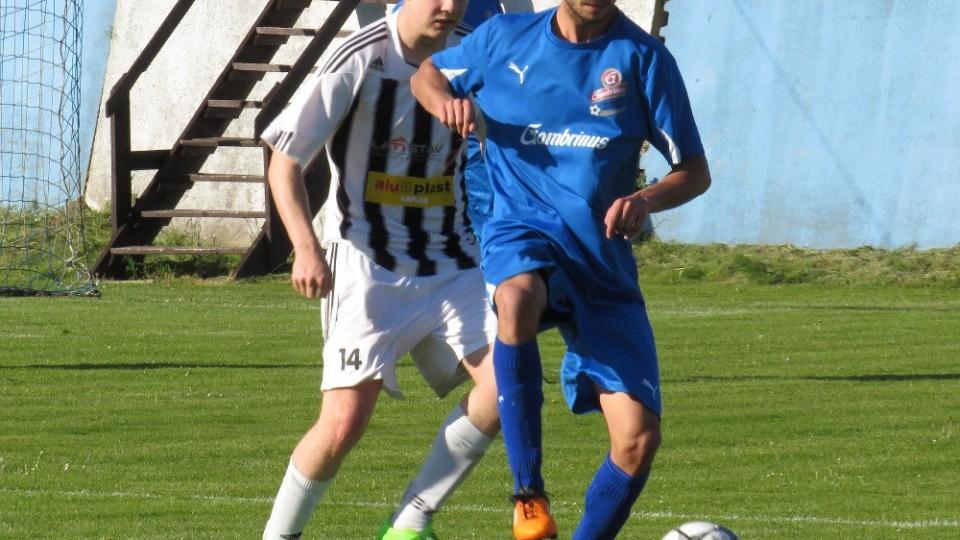 Stanislav Budík na míči před Václavem Kuchařem. Foto: Libor Granec