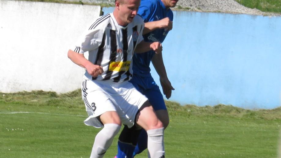 Robert Daniel si kryje míč před bránícím Petrem Tichovským z domácího týmu. Foto: Libor Granec