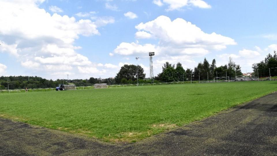 Na stadionu v Kvapilově ulici se zelená tráva.