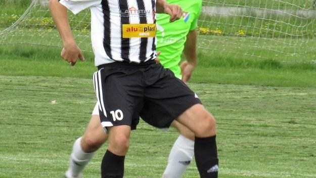 Petr Janura si kryje míč před Markem Wernerem.