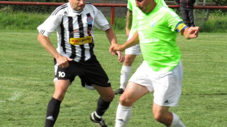 Petr Janura při rozehrávce napadá kapitána Václava Pečenku.