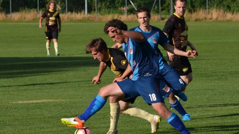 Na Stanislava Pacholíka, střelce pěti finálových gólů, dotírá plánský Tomáš Plojhar (č. 18).