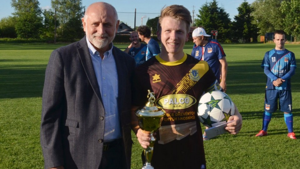 Vítězný pohár předával za Jč.KFS Jiří Kureš, trofej si odnesl novovčelnický kapitán Marek Petráš.