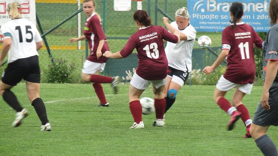 Kateřina Hrabánková, manželka trenéra, zastavuje útok Sázavy.