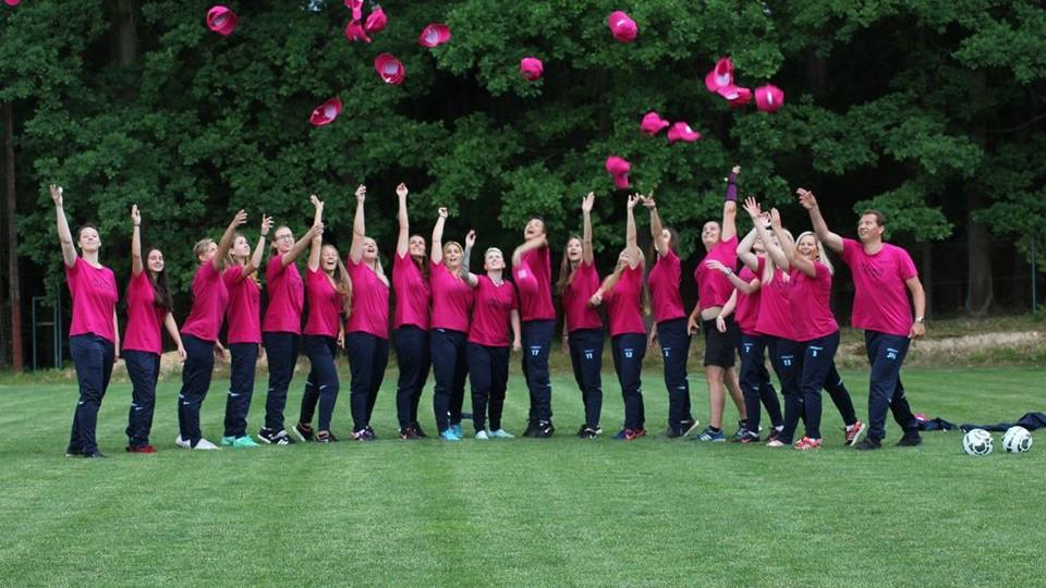 Divizní šampionky Mokrého vyhazují čepice do vzduchu.