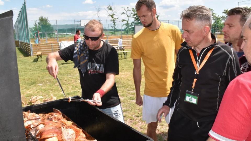 Martin Jirouš a kouč Zdeněk Staroba dohlížejí na pečené selátko.