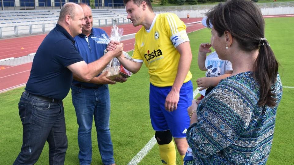 David Pichlík se před utkáním loučil s kariérou. Za klub mu děkují Miroslav Grobár a Milan Nousek st.