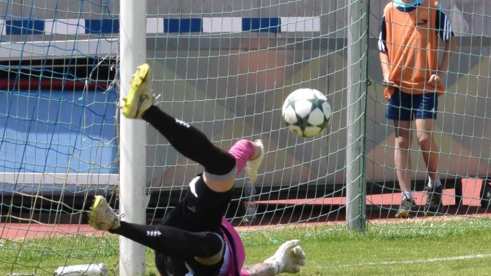 Lukáš Varyš vyráží pátou penaltu Chrudimi.