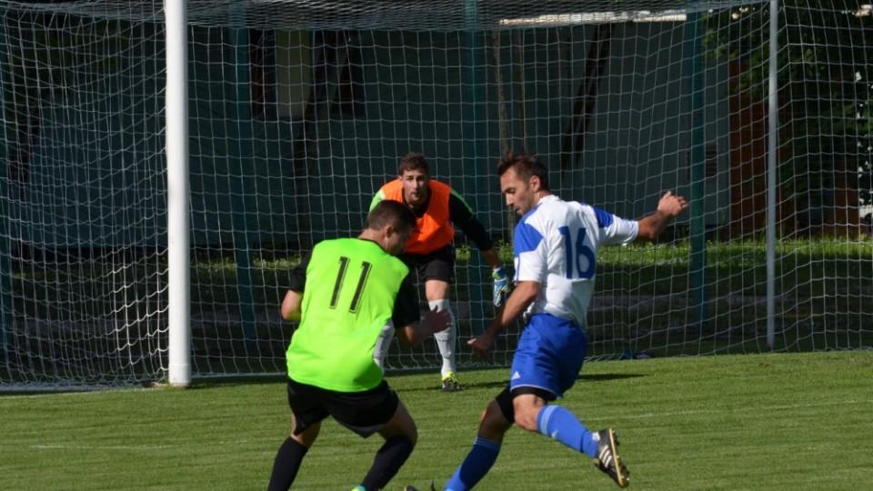 Martin Kocina se snaží přejít přes stopera Hluboké Stanislava Legdana.