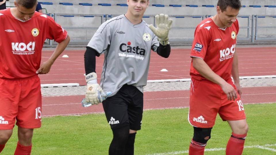 Jakub Jevčák mává čtenářlm Jihočeského fotbalu. Dědeček býval dlouholetým funcionářem v Čížové.