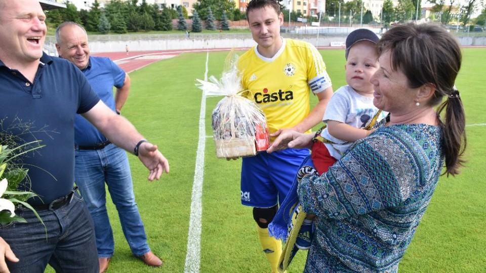 Manželka Davida Pichlíka dostala od klubu květiny. Vlevo stojí Miroslav Grobár a MIlan Nousek st.