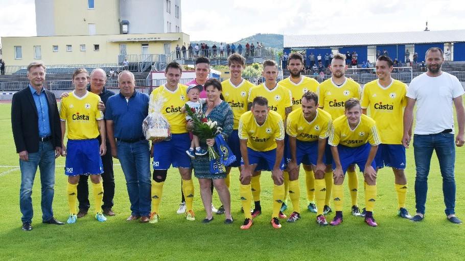 Týmová fotka FC Písek s rodinou Davida Pichlíka.