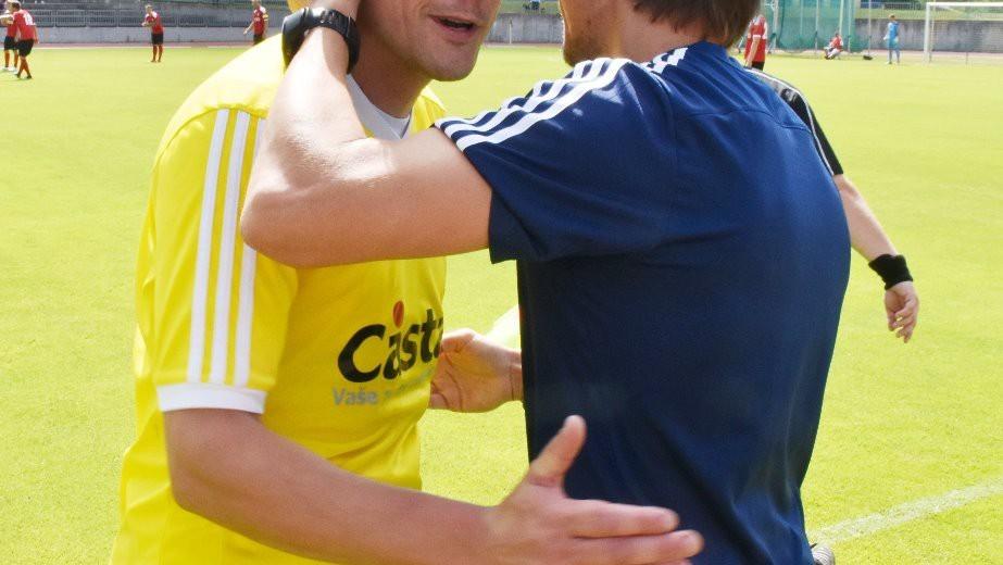 David Pichlík odchází z trávníku, loučí se s ním trenér Ondřej Prášil.