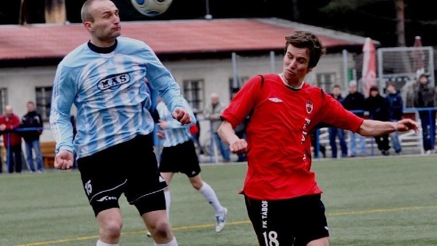 2011 – poslední derby rivalů, kteří se v létě spojili v jeden klub pod názvem FC MAS Táborsko. Jan Chotovinský hlavičkuje před Jiřím Rabiňákem.